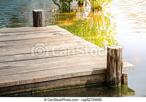 El muelle de madera en el lago - csp52724690