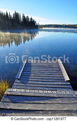 El muelle de madera del lago - csp11261977