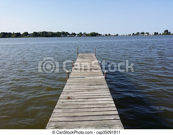Muelle de madera en el lago - csp35091811