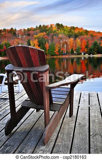 El muelle de madera en el lago de otoño - csp2180163