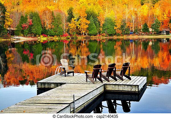 El muelle de madera en el lago de otoño - csp2140435