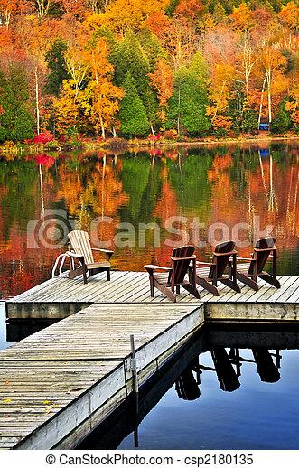 El muelle de madera en el lago de otoño - csp2180135