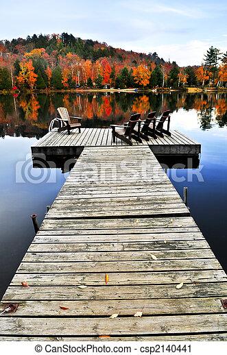 El muelle de madera en el lago de otoño - csp2140441