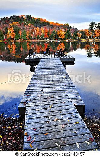 El muelle de madera en el lago de otoño - csp2140457