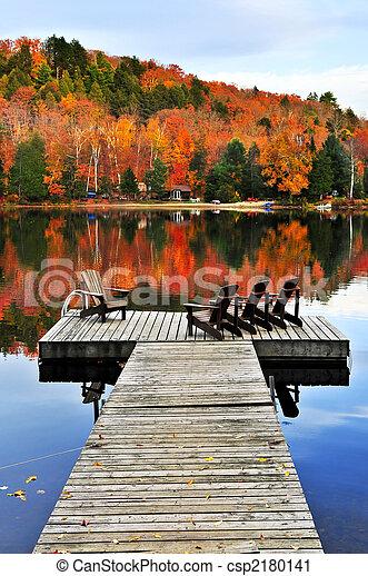 El muelle de madera en el lago de otoño - csp2180141