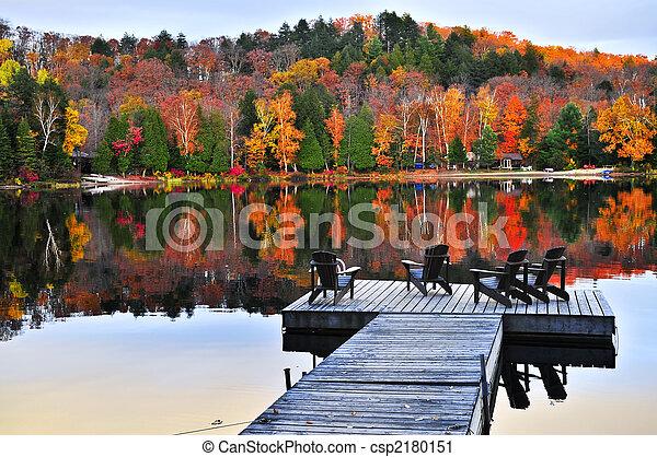 El muelle de madera en el lago de otoño - csp2180151