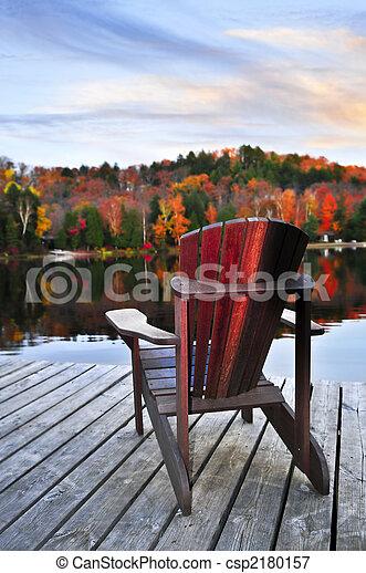 El muelle de madera en el lago de otoño - csp2180157