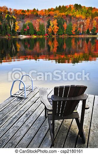 El muelle de madera en el lago de otoño - csp2180161
