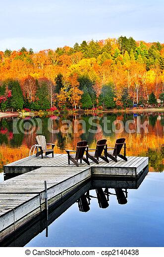 El muelle de madera en el lago de otoño - csp2140438