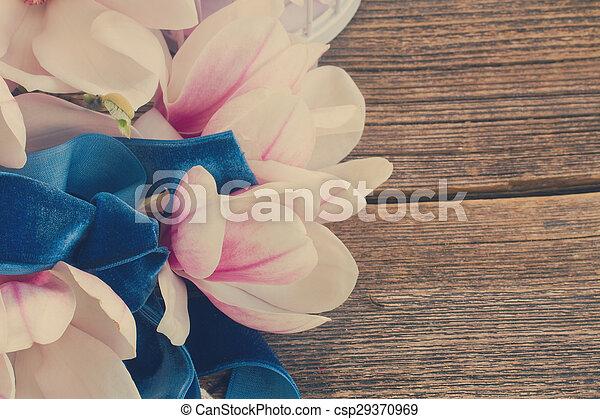 Flores Magnolia con perlas en la mesa de madera - csp29370969