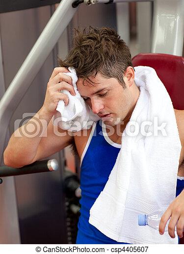 Deportista con una toalla - csp4405607