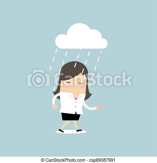 Mujer de negocios deprimida caminando bajo la lluvia. - csp69387991