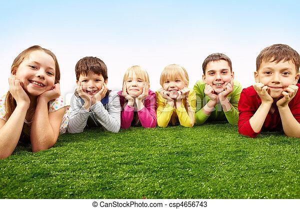 Niños descansando - csp4656743