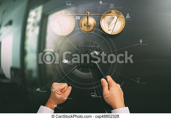 El concepto de justicia y ley. La mejor vista de un juez masculino mano en un tribunal con el martillo y la escala de bronce en la mesa de madera oscura con Vr diagram - csp48852328