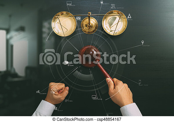 El concepto de justicia y ley. La mejor vista de un juez masculino mano en un tribunal con el martillo y la escala de bronce en la mesa de madera oscura con Vr diagram - csp48854167