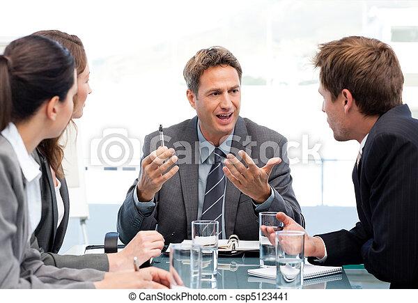Director carismático hablando con su equipo - csp5123441