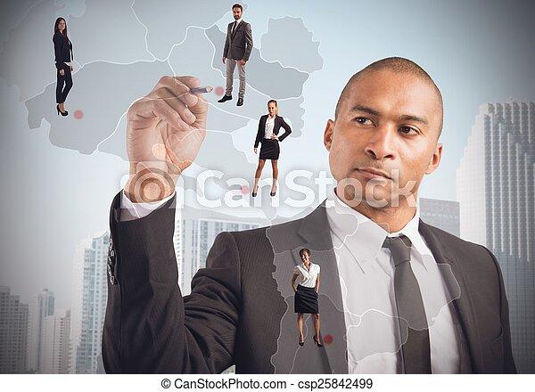 El gerente coloca empleados - csp25842499