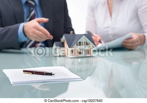 Discusión con un agente inmobiliario - csp18207640
