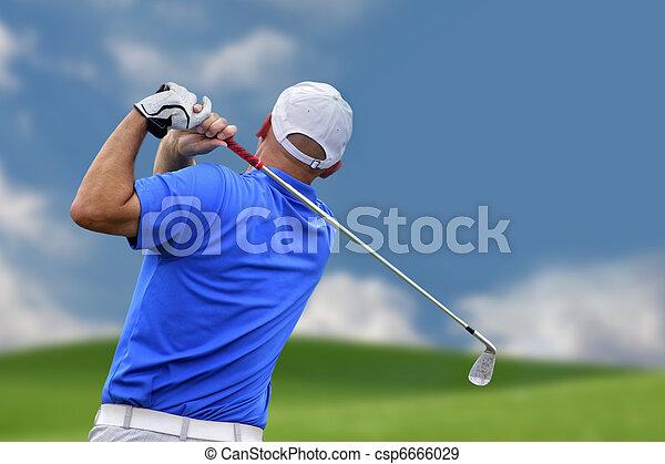 Golfer disparando una pelota de golf - csp6666029