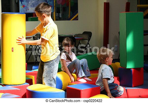 Los niños se divierten - csp0220422