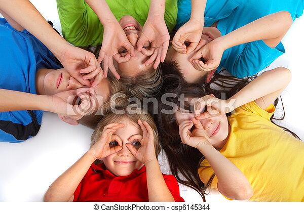 Los niños se divierten - csp6145344