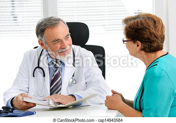 Doctor hablando con su paciente - csp14943584