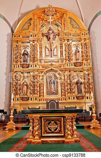 Altar de oro en la misión basilica San Juan Capistrano en California. Esta es la iglesia sucesora de la Misión fundada por el Padre Junípero Serra en 1775. - csp9133788