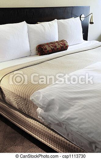 Dormitorio con cómoda cama - csp1113730