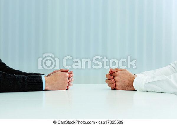 Dos hombres de negocios teniendo una discusión. Una imagen de cerca de sus manos sobre la mesa - csp17325509