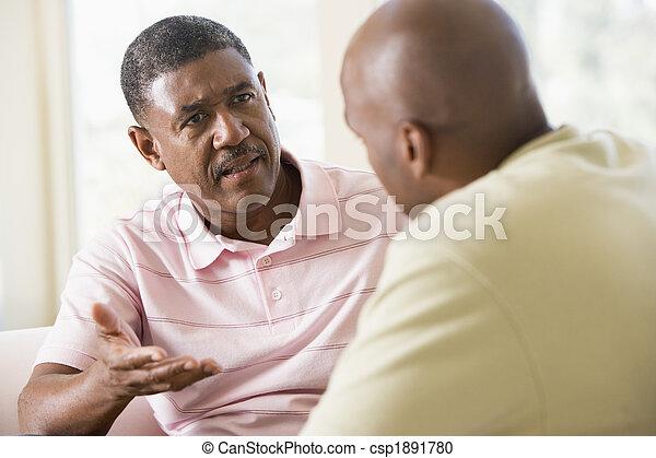 Dos hombres en la sala de estar hablando - csp1891780