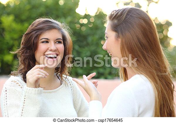 Dos jóvenes hablando al aire libre - csp17654645