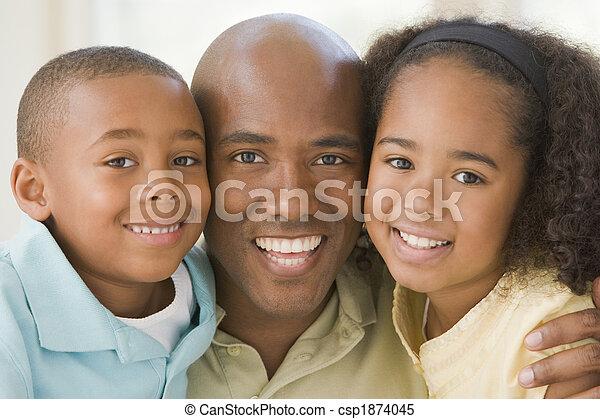 Hombre y dos niños jóvenes abrazando y sonriendo - csp1874045