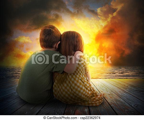 Dos niños viendo el atardecer de verano - csp22362974