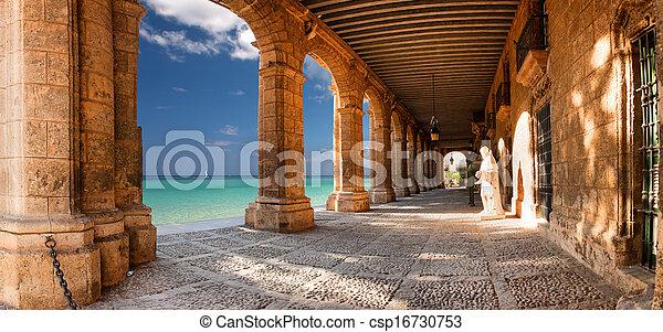 Edificio histórico con arcos y estatuas - csp16730753