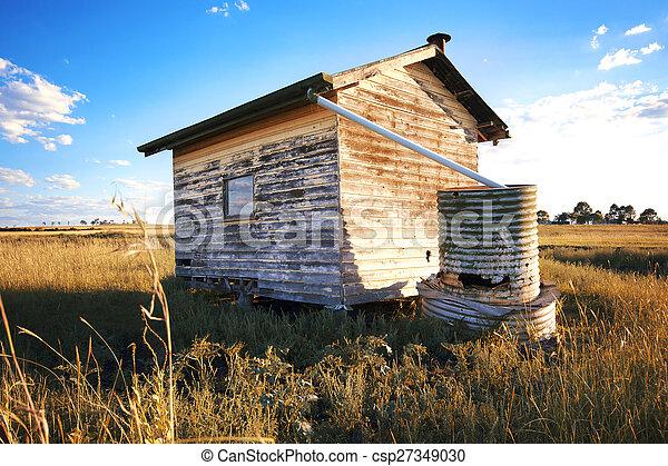 Un edificio abandonado en el desierto. - csp27349030