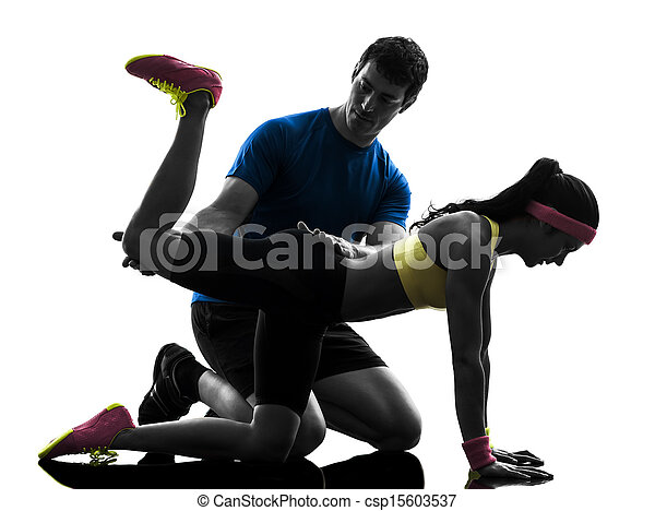 La mujer ejercitando la posición de planc con el entrenador - csp15603537