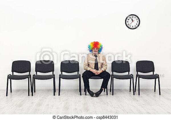 El último hombre en pie, esperando concepto - csp8443031