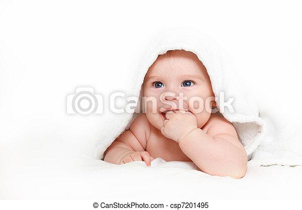 El bebé sonriente con toalla - csp7201495