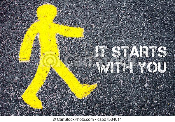 Una figura peatonal caminando hacia ella comienza contigo - csp27534011