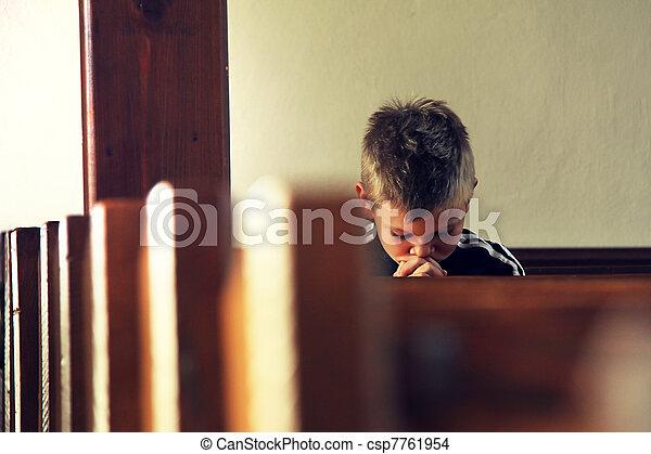 El chico está rezando - csp7761954