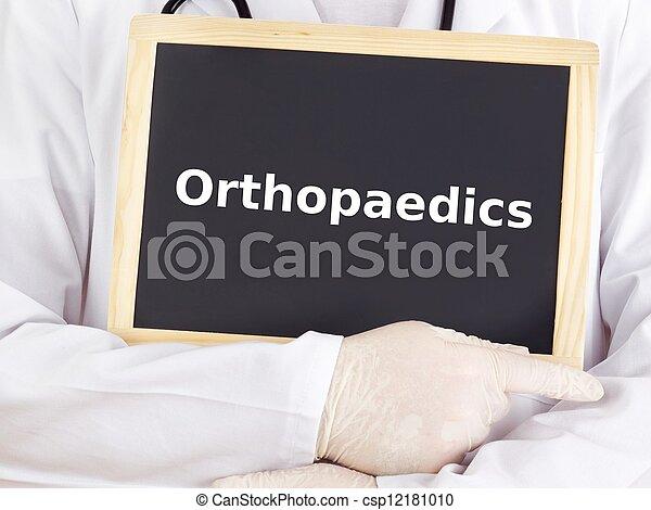 El doctor muestra información en la pizarra: ortopédica - csp12181010