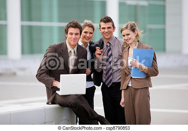 El equipo de negocios estaba fuera de la oficina - csp8790853