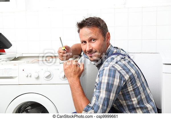 El fontanero está arreglando la lavadora rota - csp9999661