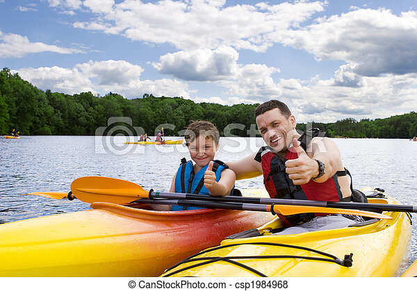 Padre e hijo disfrutando del kayak - csp1984968