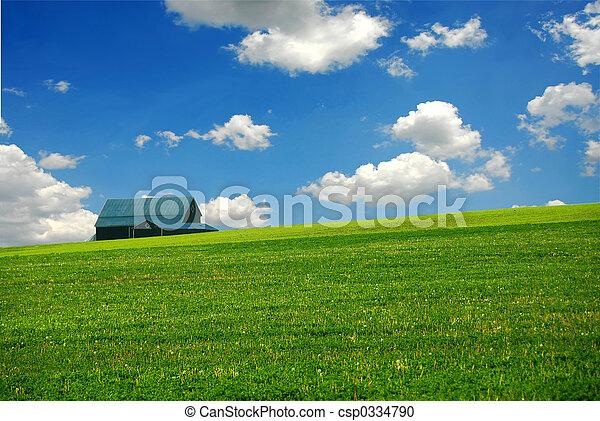 El granero está en el campo - csp0334790