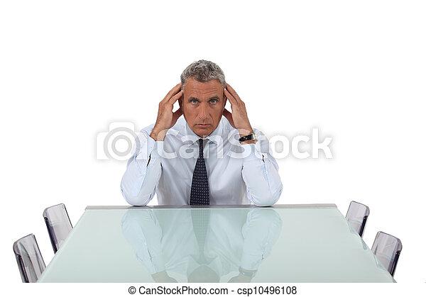 El hombre de negocios mayor se sentó en la sala de juntas vacía - csp10496108