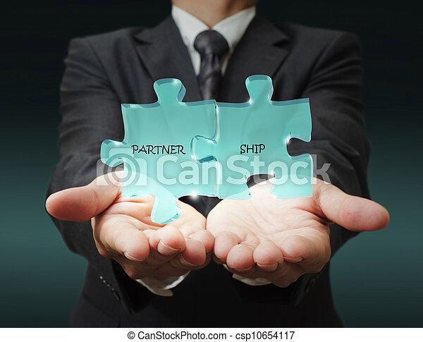 """El hombre de negocios muestra """"socio de tres"""" piezas escritas - csp10654117"""