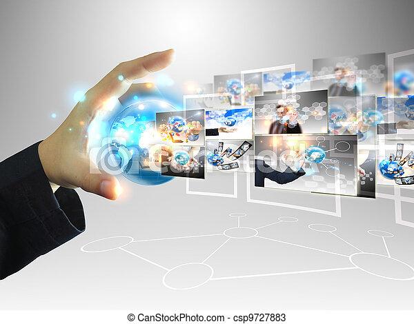 El hombre de negocios tiene un concepto de tecnología - csp9727883