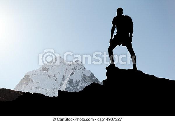 El hombre escalando silueta - csp14907327
