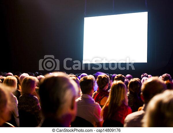El público de la multitud mirando la pantalla - csp14809176